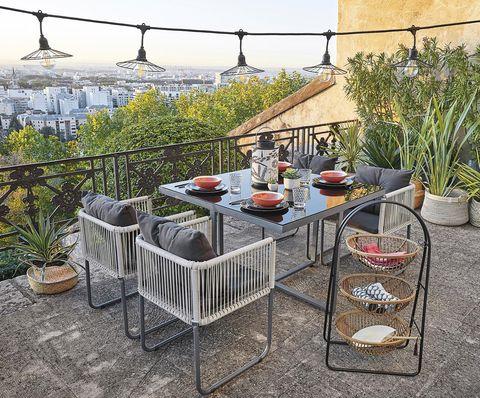 terraza con comedor exterior e iluminación