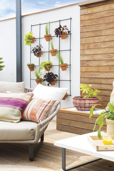 terraza con muebles de madera y plantas