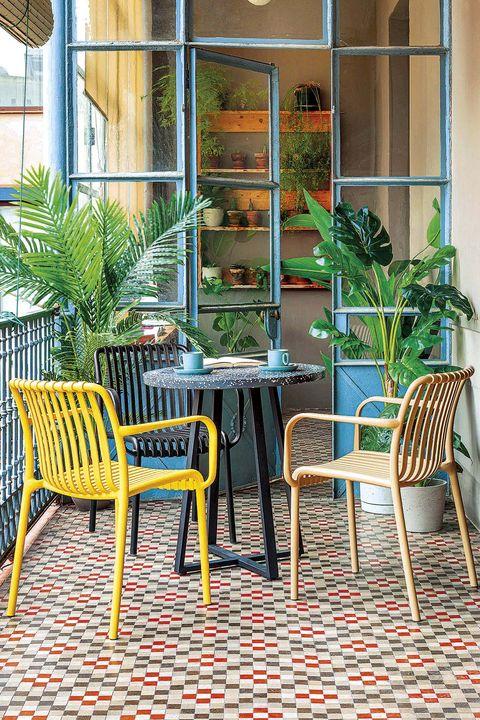 terraza con plantas e invernadero