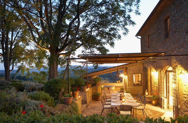 terraza exterior de verano iluminada