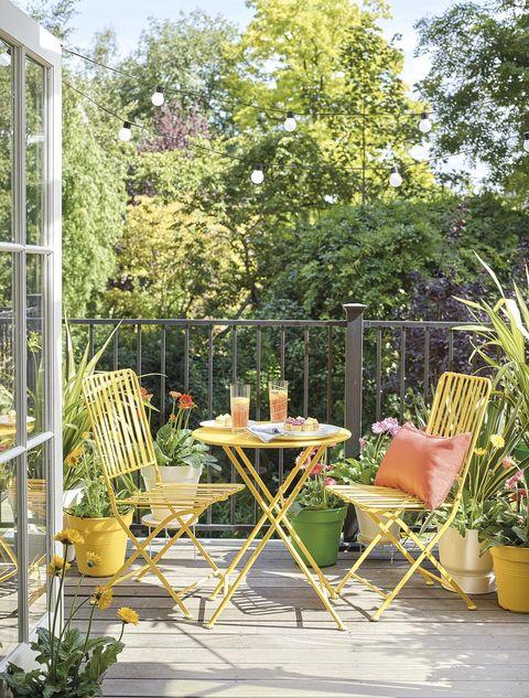 terraza con pequeño comedor amarillo