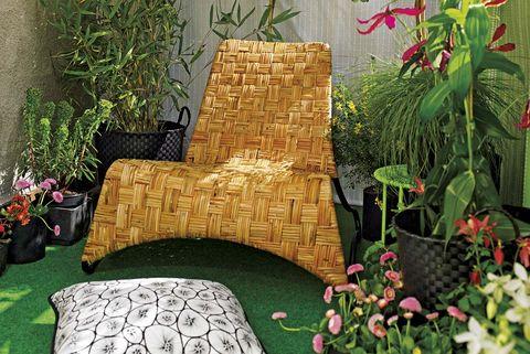 terraza pequeña decorada con flores y butaca de fibra césped artificial
