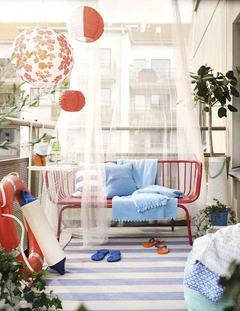sofá rojo en la terraza