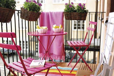 terraza urbana con muebles rosa y plantas