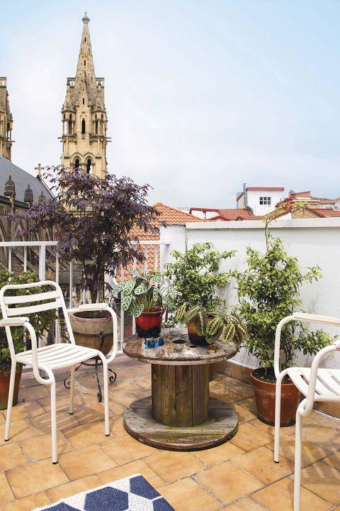 Terraza con muebles reciclados y plantas