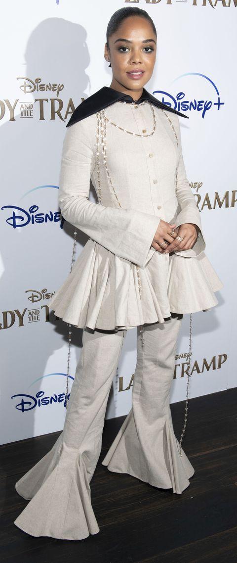 la actriz no acierta con su conjunto en color beige lleno de volantes y pliegues
