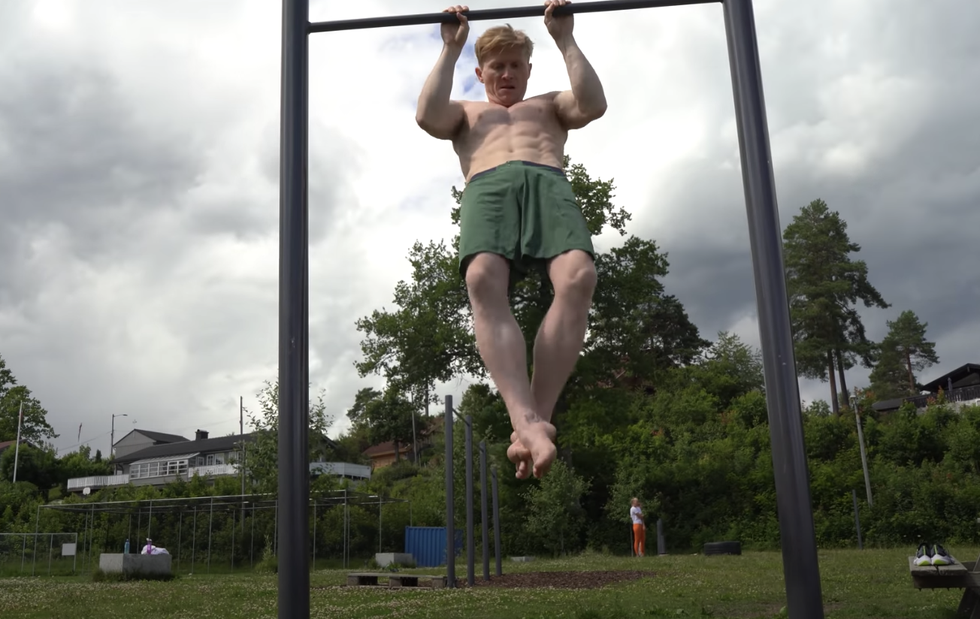Watch This Pro Climber Take on the U.S. Navy SEALs Physical Fitness Test thumbnail