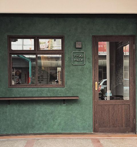 thai hoja店面,孔雀綠與木頭棕色為伍,流轉著復古風格,是間從餐車轉型為咖啡廳的小店。