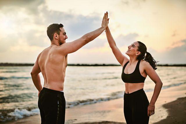 pareja entrenando en la playa