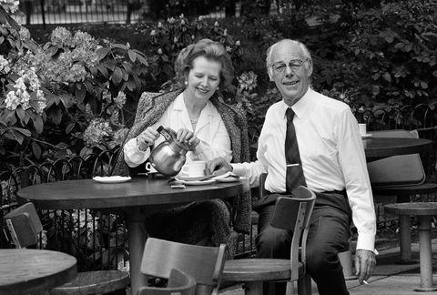 Il primo ministro britannico Margaret Thatcher e suo marito Denise si godono una tazza di tè all'aperto mentre Denise fuma una sigaretta, circa 1985 foto di John Downing Jetty