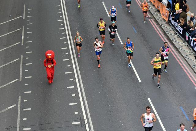 varios corredores durante el maratón de londres 2019