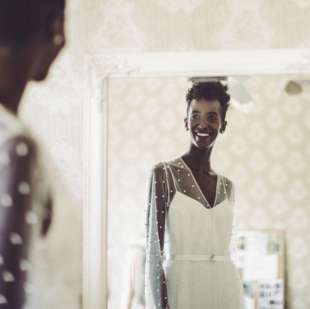 la mariée essaie sa robe de mariée