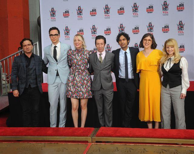 il cast di the big bang theory in una foto del 2019