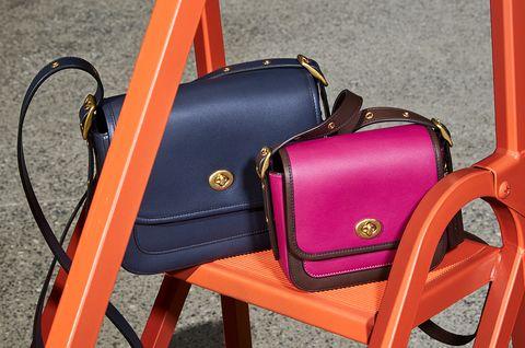 Coach Original 手袋以黃同轉釦搭配桃經典藍、紅色滾邊包型,呈現美式懷舊風格。