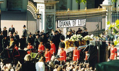 写真で振り返る、悲しみに包まれたダイアナ元妃の葬儀
