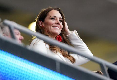 凱特「英格蘭國旗配色」穿搭成歐國盃決賽焦點!威廉王子、喬治王子與凱特的觀賽造型盤點