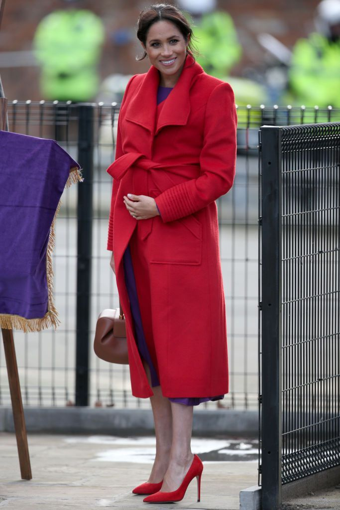 メーガン妃(メーガン・マークル)の2019春夏トレンドカラーのパープルとレッドの最旬コンビスタイル