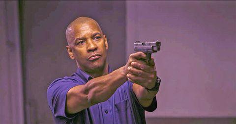 denzel washington apunta al frente con un arma corta en una escena de la película the equalizer el protector
