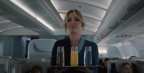 """kaley cuoco vestida de azafata de vuelo en una secuencia de la serie """"the flight attendant"""" de hbo"""