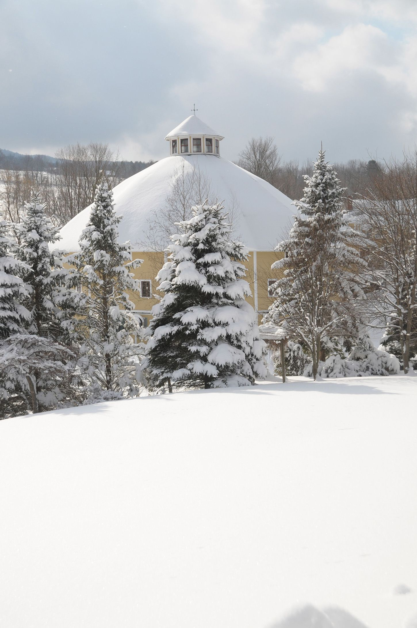 20 of the Coziest Country Inns for the Holidays - Christmas Bed and ...