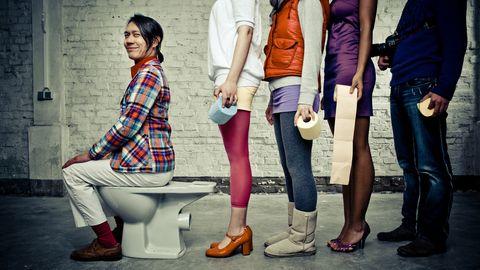 Man op wc met vrouwen erachter