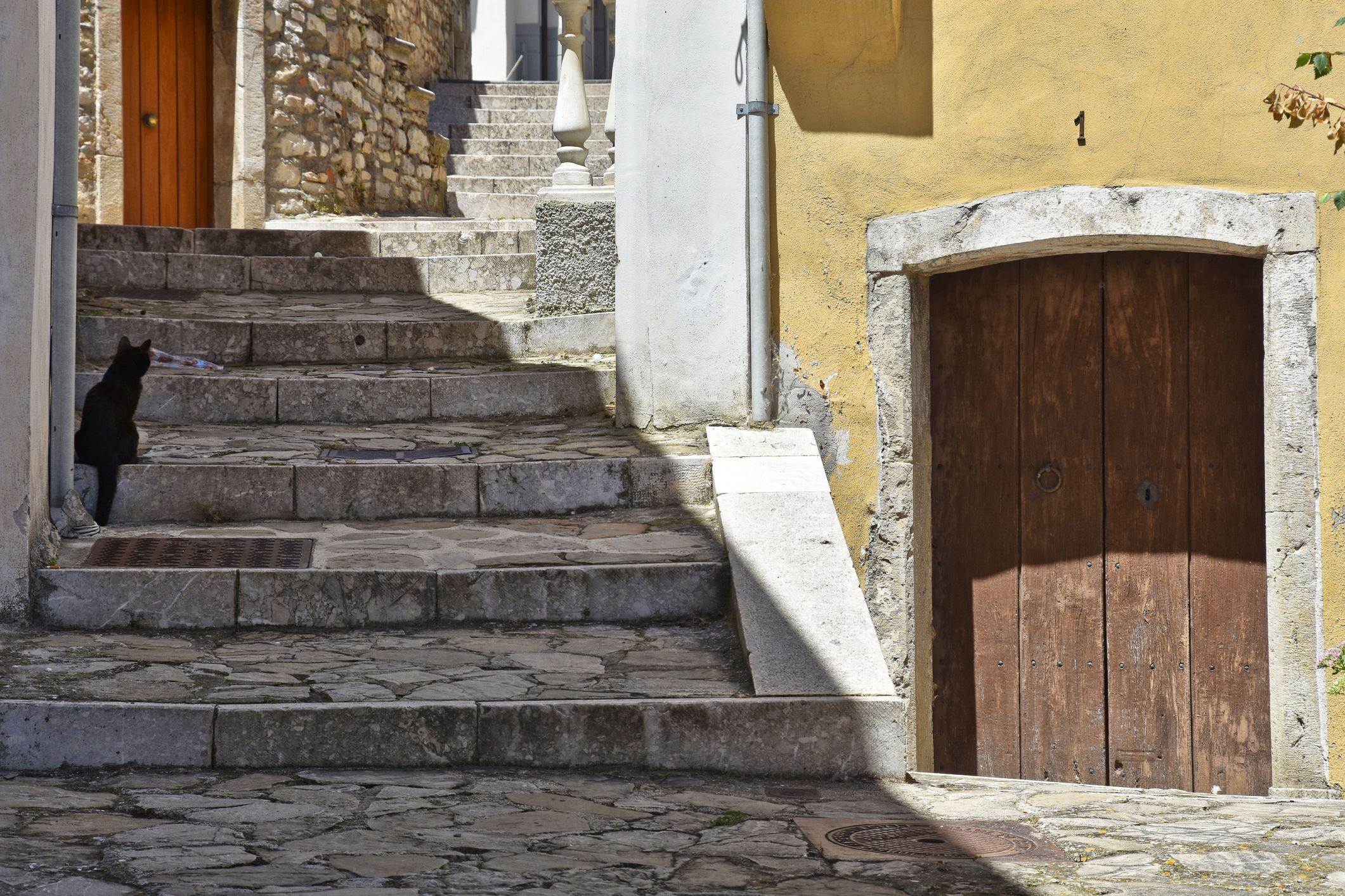 Come, dove, e soprattutto perché, comprare casa a un euro in Italia