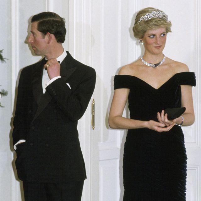 ファッションアイコンとしても語り継がれ、今もなお愛され続けるダイアナ妃。元夫のチャールズ皇太子と度々公の場に現れていた彼女は、1985年のとある晩餐会に出席。そして今、大物有名人も多く出席していた晩餐会でのダイアナ妃の行動が、時を経て注目を集めている――。