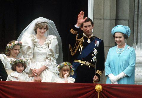 チャールズ皇太子とダイアナ妃の結婚式に出席したエリザベス女王
