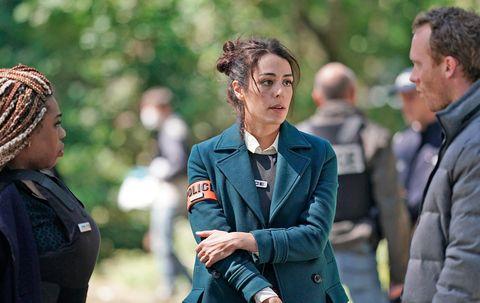 sofia essaïdi interpreta a la policía sara castaing en la serie the promise
