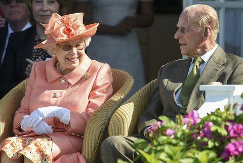 Η Βασίλισσα Πρίγκιπα Φίλιππος κινείται έξω από το Κάστρο του Ουίνδσορ