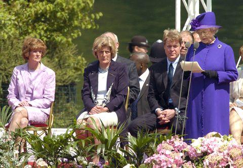 ダイアナ妃記念噴水の除幕式エリザベス女王と、ダイアナ妃の姉二人、弟チャールズ・スペンサー
