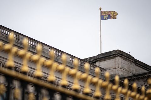 英國白金漢宮降半旗哀悼菲利普親王逝世,但「皇家旗幟」不能動?關於白金漢宮的8個知識