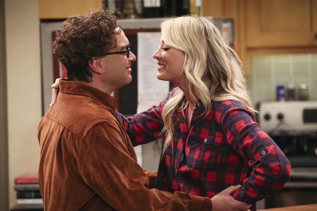 i personaggi di leonard e penny in un fotogramma tratto da un episodio della serie tv the big bang theory