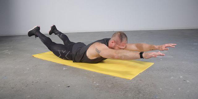 背筋を効果的に鍛える筋トレ、スーパーマン風「ホローホールド」がおすすめ