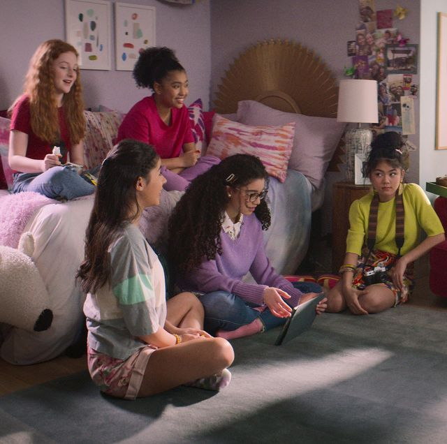 the baby sitters club l to r vivian watson as mallory pike, kyndra sanchez as dawn schafer, anais lee as jessi ramsey, malia baker as mary anne spier, momona tamada as claudia kishi, shay rudolph as stacey mcgill, and sophie grace as kristy thomas in episode 201 of the baby sitters club cr courtesy of netflix © 2021
