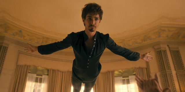 the umbrella academy robert sheehan as klaus hargreeves in episode 203 of the umbrella academy cr courtesy of netflixnetflix © 2020