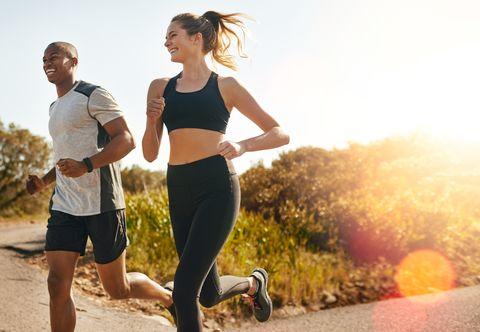 dos corredores sonriendo y corriendo uno junto al otro