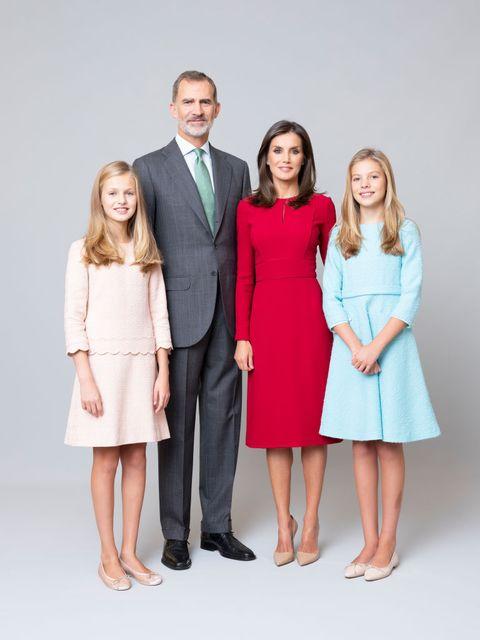 スペイン王室が新しい公式ポートレートを公開。フェリペ6世国王とレティシア王妃、娘のレオノール王女(14)、ソフィア王女(12)