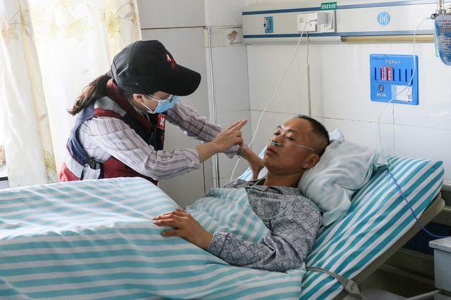 una médica atiende a un enfermo herido en las heladas del trail de china
