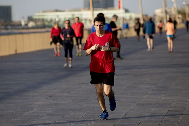 un chico corre por barcelona, que el lunes 25 entra en la fase 2 de la desescalada
