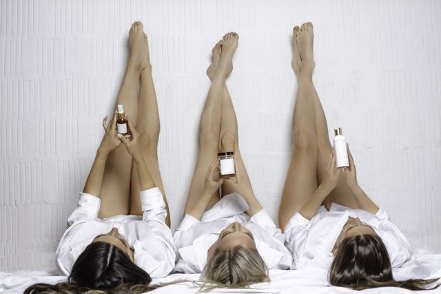 mujeres con aceites y cremas para la piel