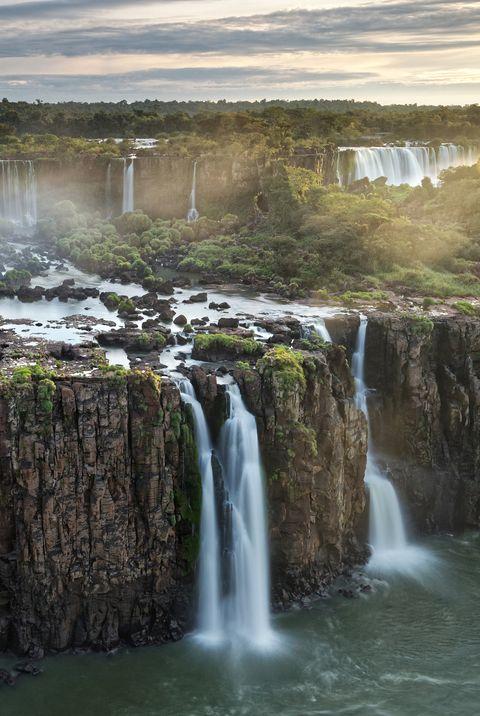 Три водопада мушкетеров на водопаде Игуасу и водопад Ривадавия на аргентинской стороне сзади