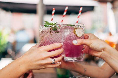 Mujeres brindando con cócteles.