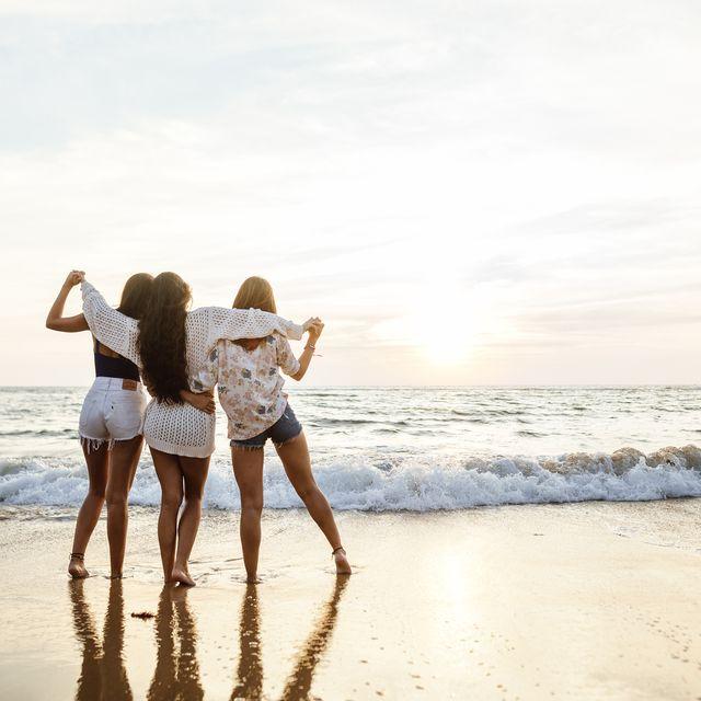 amigas en la playa mirando al mar
