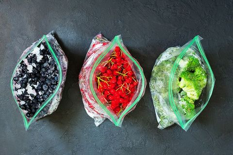 varias bolsas de congelar fruta y verdura con la comida dentro