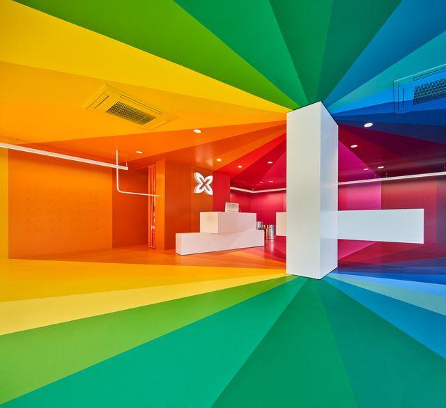 tienda multicolor de calzado deportivo en barcelona diseñada con los colores del arcoíris