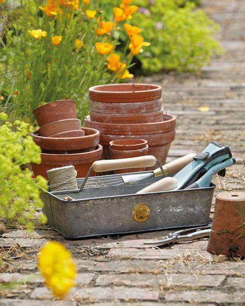 macetas y herramientas de jardinería