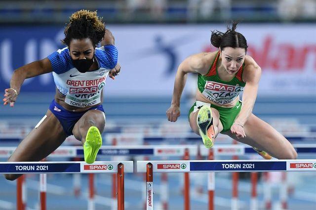 tiffany porter compite en los 60 metros vallas con mascarilla en los campeonatos de europa en pista cubierta de torun