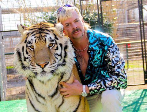 eldueño de tigres joe exotic junto a un tigre imagen deldocumental tiger king
