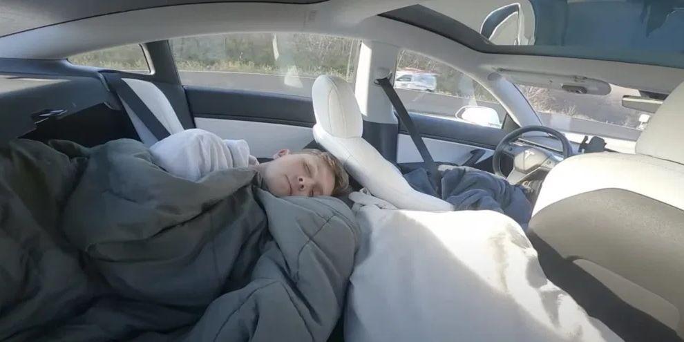 Esta estrella de TikTok se graba utilizando el Tesla Autopilot mientras duerme